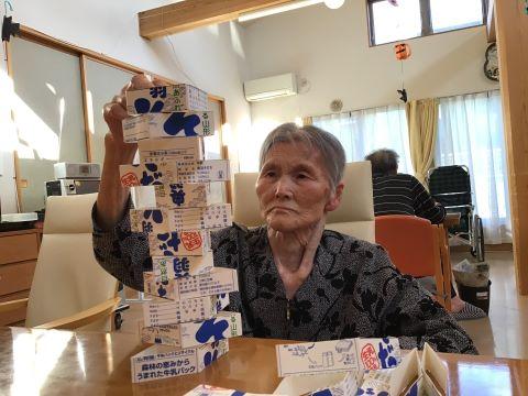 湖山ケアサービス山形 積み上げゲームに集中…